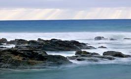 Wilde golven, stormachtig weer en rotsen, Australisch c Royalty-vrije Stock Foto's
