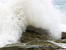 Wilde golven, stormachtig weer en rotsen, Australisch c Stock Fotografie