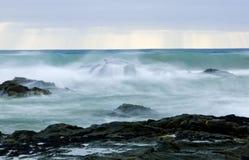 Wilde golven, stormachtig weer en rotsen, Australisch c Stock Afbeeldingen