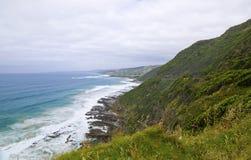 Wilde golven, stormachtig weer en rotsen, Australisch c Stock Foto