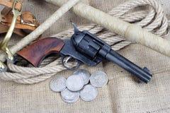 wilde het westenrevolver - leger van de veulen het enige actie met zilveren dollars stock afbeelding