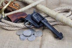 wilde het westenrevolver - leger van de veulen het enige actie met zilveren dollars royalty-vrije stock afbeelding