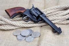 wilde het westenrevolver - leger van de veulen het enige actie met zilveren dollars royalty-vrije stock foto's