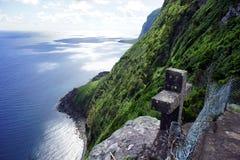 Wilde Küste und altes Steinkreuz Stockfoto
