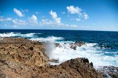 Wilde Küstenlinie von Aruba in den Karibischen Meeren Stockfoto