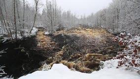 Wilde Morrum-rivier in de sneeuwwinter stock footage