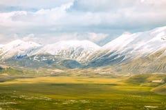 Wilde Natur mit Bergen und Wolken Lizenzfreie Stockfotografie