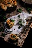 Wilde netel gehele tarwe gekuste broodjes Stijlplattelander stock fotografie