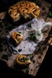 Wilde netel gehele tarwe gekuste broodjes Stijlplattelander royalty-vrije stock fotografie