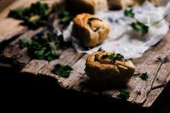 Wilde netel gehele tarwe gekuste broodjes Stijlplattelander stock afbeelding