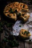 Wilde netel gehele tarwe gekuste broodjes Stijlplattelander stock foto's