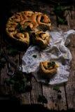 Wilde netel gehele tarwe gekuste broodjes Stijlplattelander royalty-vrije stock foto