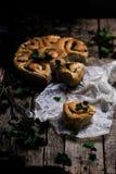 Wilde netel gehele tarwe gekuste broodjes Stijlplattelander stock afbeeldingen