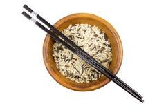 Wilde rijst met stokken in houten kom Stock Afbeelding