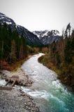 Wilde rivier in de berg van Alpen stock afbeelding