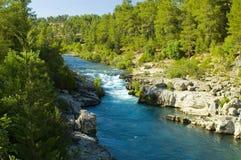 Wilde rivier en rotsen Stock Afbeelding