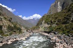 Wilde rivier Urubamba die door vallei vloeit Stock Fotografie