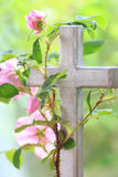 Wilde Rose Entwined Around ein Kreuz Stockbild