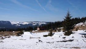Wilde rustikale Berglandschaft mit einem Blockhaus Lizenzfreie Stockfotos