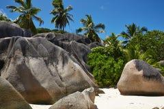 Wilde Steine auf dem weißen Sand, Seychellen Stockfotos