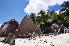 Wilde Steine auf dem weißen Sand, Seychellen Lizenzfreie Stockbilder