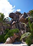 Wilde Steine auf dem weißen Sand, Seychellen Stockbild
