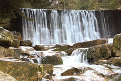 Wilde waterval in de Poolse bergen Rivier met cascades Stock Foto