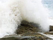 Wilde Wellen, stürmisches Wetter und Felsen, australisches c stockfotografie