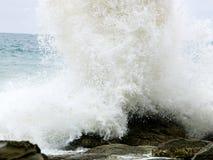 Wilde Wellen, stürmisches Wetter und Felsen, australisches c lizenzfreie stockfotos