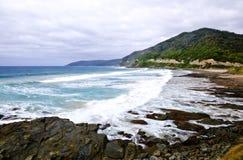 Wilde Wellen, stürmisches Wetter und Felsen, australisches c lizenzfreie stockbilder