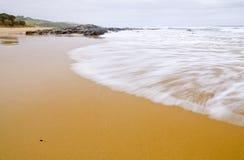 Wilde Wellen, stürmisches Wetter und Felsen, australisches c stockbilder