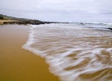 Wilde Wellen, stürmisches Wetter und Felsen, australisches c lizenzfreies stockbild