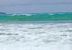 Wilde Wellen, stürmisches Wetter und Felsen, australisches c lizenzfreie stockfotografie