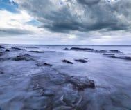 Wilde Wellen, stürmisches Wetter und Felsen, australisches c stockfotos