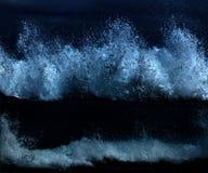 Wilde Wellen, stürmisches Wetter und Felsen, australisches c lizenzfreies stockfoto
