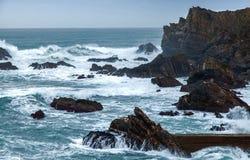 Wilder atlantischer Sturm bewegt das Brechen auf felsiger Küste wellenartig Stockbilder