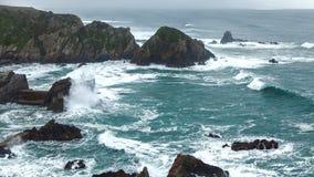 Wilder atlantischer Sturm bewegt das Brechen auf felsiger Küste wellenartig Lizenzfreie Stockfotografie