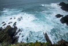 Wilder atlantischer Sturm bewegt das Brechen auf felsiger Küste wellenartig Lizenzfreies Stockfoto