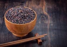 Wilder brauner Reis in der Schüssel Stockbild
