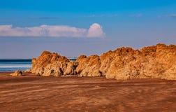Wilder felsiger Strand stockbilder