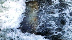 Wilder Fluss in einem Kanal von oben stock video