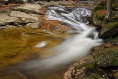 Wilder Flussstrom mit Kaskade im Herbst Stockfotos