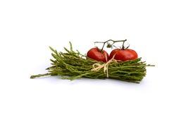 Wilder grüner Spargel mit Tomaten Stockfoto