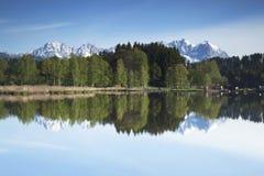 Wilder Kaiser-Gebirgszug reflektiert in einem Gebirgssee Stockfotografie