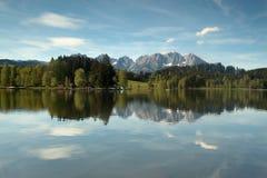 Wilder Kaiser-Gebirgszug reflektiert in einem Gebirgssee Lizenzfreie Stockbilder