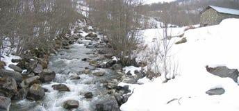 Wilder kleiner Fluss in der Montierung Lizenzfreies Stockbild