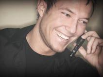 Wilder Mann, der auf Handy spricht stockfotografie