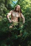 Wilder Mann im Wald stockfotografie
