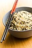 Wilder Reis in der keramischen Schüssel und in den Ess-Stäbchen Lizenzfreie Stockfotografie