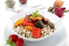 Wilder Reis mit Gemüse in der Tomate lizenzfreie stockfotos